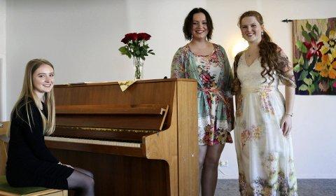 DYKTIGE: Maria Waage (16) spilte piano og Karoline-Marie Berg (21) og Eva Langeland (20) sang.