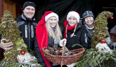 NÆRMER SEG JUL: Sverre Gulbrandsen-Dal, Anine Holter (17), Anette Tømterud (17) og Cathrine Gulbrandsen-Dal kunne alle skrive under på at julestemningen var på plass på julemarkedet på Sødisi gård søndag formiddag.