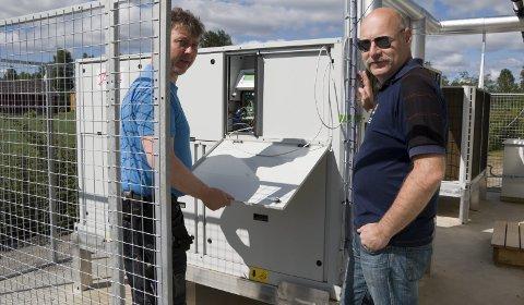 VARMEPUMPENE: Disse to gigantiske varmepumpene sørger for oppvarmingen av Roverudhjemmet. Hver pumpe har en kapasitet på 200 kW. Prosjektleder Stefan Grønnerud (til høyre) og byggdrifter Arne Huseby er godt fornøyd med erfaringene så langt. Teknologien er avansert, og har allerede gitt store effektiviseringsgevinster.ALLE FOTO: PER HÅKON PETTERSEN