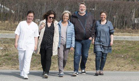UT PÅ TUR, ALDRI SUR: DNT Finnskogen har fått med seg flere hjelpere.  Fra venstre: Kjersti Lundgren, sykepleier, Aud Inger Olstad, Frivilligsentralen, Gro Blåka, DNT Finnskogen, Ottar Delerud, Kongsvinger Røde Kors og Anne Margrethe Ekren, NaKuHel.