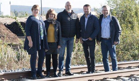 VIL HA FORTGANG: Lokalpolitikerne frykter at arbeidet med å få på plass en ny tømmerterminal i Kongsvinger-regionen skal bli forsinket. Fra venstre Åse B. Lilleåsen, varaordfører i Grue (Sp), Berit Haveråen, fungerende ordfører i Eidskog (Ap), Bjørn Otto Ødegård, leder i LO Kongsvinger og omegn, Ørjan Bue, ordfører i Åsnes (Sp) og Sjur Strand., ordfører i Kongsvinger (Ap).