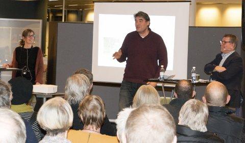 FOLKEMØTE: Positiv Byutvikling-profilene Mona Holm, Paul Larsson og Øystein Nordfjeld arbeider mot planene om å bruke deler av Byparken til sentrumshotell. Over 70 frammøtte kom til det åpne møtet foreningen inviterte til i biblioteket.