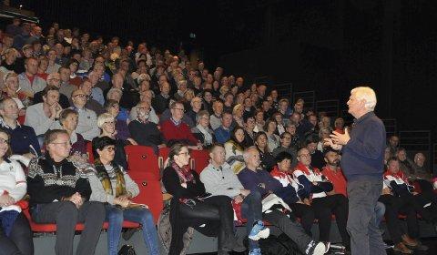 LYTTET: NM-funksjonærene fikk oppleve en entusiastisk og inspirerende Frode Kyvåg i kultursalen torsdag kveld. Frivillighet var tema, men 71-åringen var innom de fleste tema som folk kjente seg igjen i.