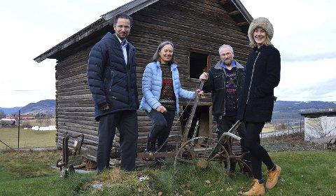 PÅ MUSEET: Lars I. Næss, Kari Møyner, Olav Fossum og Maja Leonhardsen Musum foran telthuset, som nå skal flyttes fra Hadeland Folkemuseum til Granavollen.