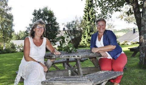 FESTKLARE: Ruth Kari Sørumshagen og Veronica C. Stokkvold er klare for flerkulturell sommerfest på badstua med musikk, mat og sosialt samvær.