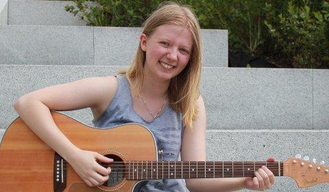 MUSIKALSK: Sanna spiller både slagverk, gitar og bass.