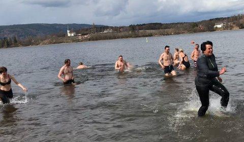 MED OG UTEN KLÆR: Hanne Kvåle hadde iført seg godt med klær før hun gikk i vannet.
