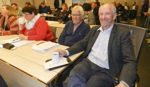 FORNØYD: Ole Haabeth (Ap) til høyre på bildet fortsetter trolig som fylkesordfører i Østfold etter et godt valg for Ap.Arkivfoto