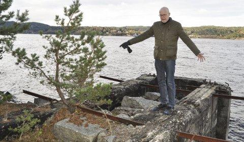 HIT UT: – Omtrent så langt ut på den gamle utskipningskaia tenker vi oss at monumentet skal stikke. Herfra vil det strekke seg 17 meter innover på kaiområdet, sier Eivind Løvås.  foto: Øivind Kvitnes