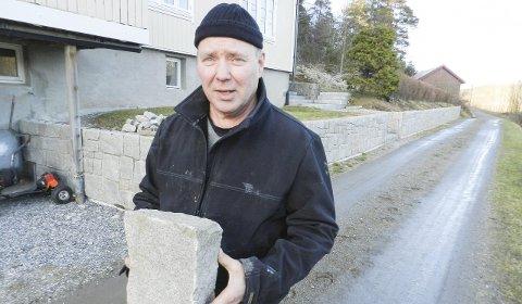 Granitt: Bjørn Bakke i Skriverøveien lærer seg mer og mer om å hogge sten etter hvert som han holder på.