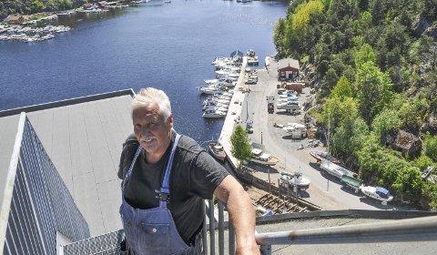 HOBBY: – Det har vært mest en hobby til nå, sier Per-Ole Karlsen om Slippen brygge i bakgrunnen. Der har han i dag 20 båtplasser, 50 opplagsplasser og parkering. Kaikanten er anlagt med de gamle stolpene som sto der fra før som fundament. – De var like gode etter 100 år, sier han.