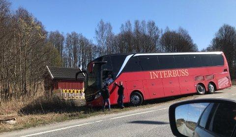 GRØFTEUHELL: Slik gikk det på skjærtorsdag da en sjåfør glemte å slå av håndbrekket da bussen var parkert.
