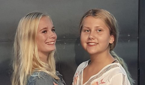 VENNER: Hedda Woxvold (t.v.) og Edda Thingstad Dalen, «Edda & Hedda», deler vennskap og musikkglede på julekonserten.