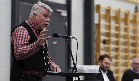 Terje Kollbotn (Raudt) argumenterer mot ein Ullensvang-pakke på samferdsel. Han meiner den vil føra til at det vert innført bompengar i kommunen. Arkivfoto: Eli Lund