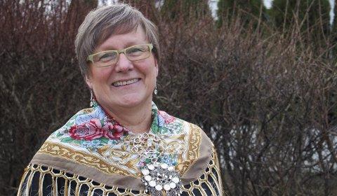 Fra Alta: Rita Leinan viser stolt fram sin to år gamle sjøsamiske kofte som hun bruker i ulike høytider, men også i politiske sammenhenger.foto: marte Sandvold nygaard