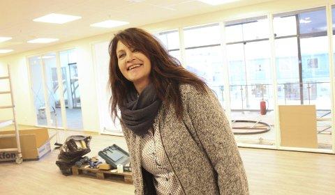 På vei: Leder Rita Granmo i «Call It», viser hvor bedriften skal driftes fra 5. desember. I bakgrunnen skimter vi det blå såkalte «Baadstø»-huset på Mosjøen torg. Foto: Jon Steinar Linga