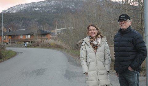 Her blir det endring: Prosjektlederne Lene Øksendal og Terje Ravatn fra teknisk drift i Vefsn kommune viser fram området hvor det nye fortauet skal bygges. foto: Benedicte Wærstad