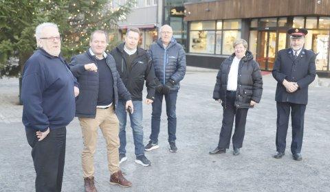 Gir en gave: Sverre Storvik, Bård Eggum og Knut Iversen fra Bilfokus gir årets bidrag til Frelsesarmeen som her er representert ved Magne Gulbrandsen, Hildegunn Sødal og Trygve Bolstad.stian forland