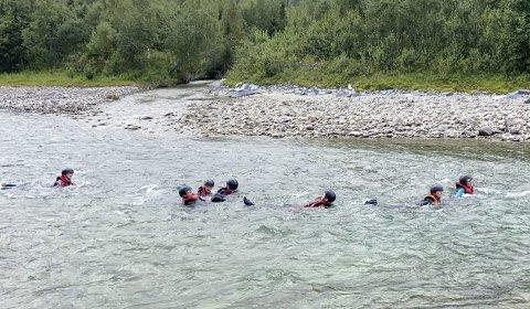 DUKKERT: Man må tåle å havne i vannet når man skal lære elvepadling. Med våtdrakter var det ingen problem.