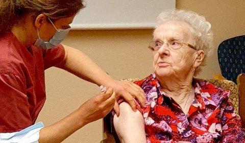 FØRST UT: Aud Nymoen (93) var den første harstadværingen som fikk koronavaksine i 2021. Vaksinen hun fikk kom fra Pfizer.