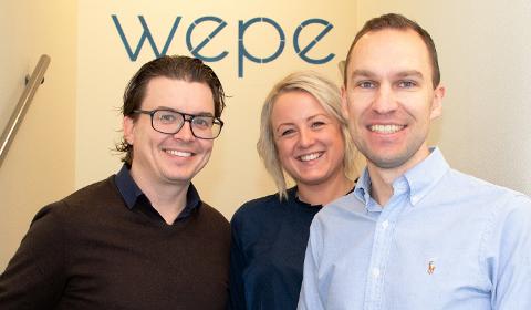 LOKALT SAMARBEID: Helene Enderud Lie og Anders Moen Lysaker er glad for å ønske Johannes Hoff Holmedahl velkommen som kunde i Wepe – og sier seg enig i ønsket om at folk skal få holde på med det de er flinke på.