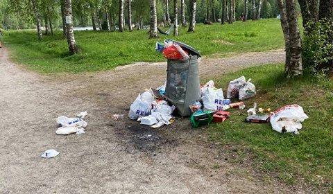 FLYTER OVER: Kommunen sliter med å tømme alle de kommunale søppelkassene ved badeplasser etter perioder med høyt bruk.