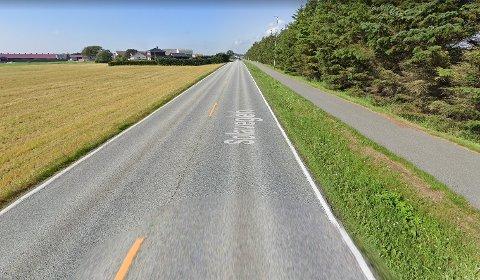 OPPGRADERING: Hjulspor langs vegen gjer det naudsynt å skifte ut asfalten langs denne strekninga.
