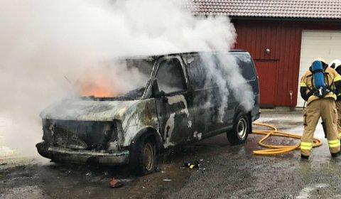 Det var mye røyk fra bilen som sto i brann i Kronlia torsdag formiddag.