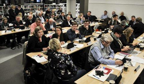 SLUTT PÅ MØTER I SAMME ROM: Kommunestyremedlemmene satt tett i tett da de hadde møte i biblioteket i februar. Neste møterunde for lokalpolitikerne i Holmestrand skal etter planen skje heldigitalt.