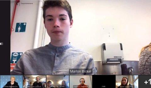 NYSGJERRIG: Ungdomsskoleelev Marlon Bickel (13) var ikke redd for å stille statsministeren spørsmål om håntering av pandemien.
