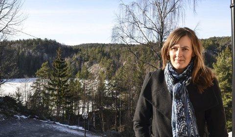 Hjemmekontor: Blir Lena Faye-Lund Sandvik lei av kontoret kan hun ta turen ut på verandaen hjemme på Helle og nyte utsikten mot Skjørtjenn.