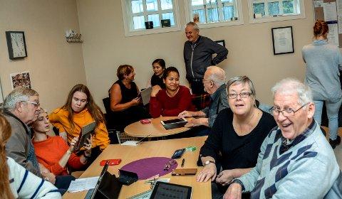 Tor Moe Kristiansen og Ellen Solum Kristiansen fikk mye god hjelp på datakurset. Jimmy Åsen
