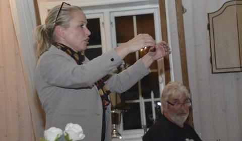Forklarte: Hege Baugstø Lier (Ap) forklarte hvordan hun tenkte seg de nye sittebenkene på Jens Lauersøns plass.