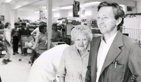SAMLINGSPUNKT: Laura og Jan Jørgensen fotografert trolig en gang på 1980-tallet. Når dagligvarebutikken nå stenger dørene for siste gang, er Kalstadkilen uten nærbutikk for første gang på over 120 år. FOTO: VESTMAR
