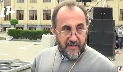 Kommer: Erkebiskopen i Armenia, Mikael Ajapahyan kommer.