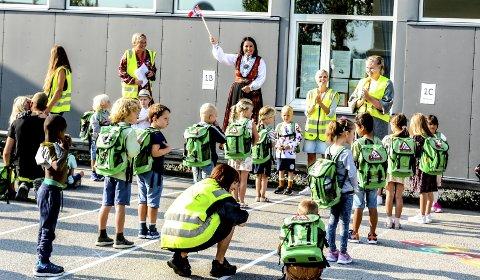 Hilser: – Velkommen til den aller første skoledagen, sa rektor Marianne Stärk Gurrich og vinket til elevene med et norsk flagg.