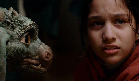 Ein skada drage og ei jente på rømmen blir gode vener i «Dragevokterens jul». (Foto: Storm Films, Nordisk Film Distribusjon).