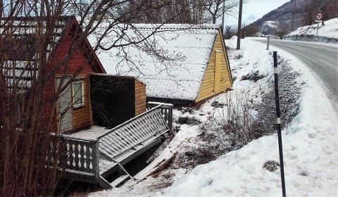 Slik såg det ut på ulukkesstaden i Uskedalen måndag, etter at ein bil køyrde av vegen, hamna på taket og gjorde skade på eit naust.