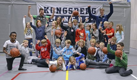 SKOLEBALLEN: Raumyr barneskole er én av 11 skoler som får basketballer av Kongsberg Miners, G-Sport, Gjensidigestiftelsen og idrettskretsen.
