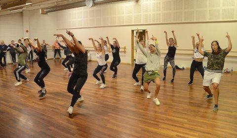 STOR AKTIVITET: Dansen gikk i ett i både Kongsberghallen, Studio 2 og Studio 3 hele helgen. Her danses det hiphop i Studio 3. Foto: Torgrim Gotland Bakke