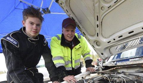 SATSER: Bjørn Levorsen Jacobsen (t.v.) og Adrian Loftsgård synes det er moro å skru selv på bilcrossbilene sine.