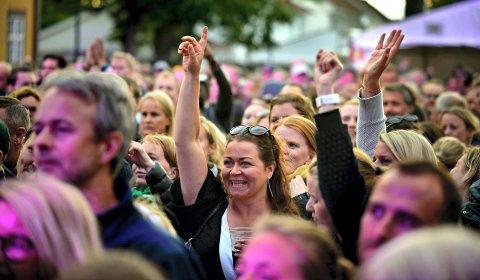 SØK PENGER: Viken fylkeskommune gir støtte til gjennomføring av tiltak for få mer publikum. Bildet er fra en konsert på Kirketorget.