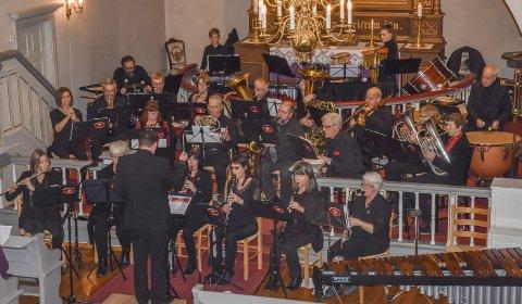 Skapte stemning: Lier Janitsjar sørget for at publikum fikk fylt godt opp i julestemningsboksen før de gikk hjem fra Frogner kirke søndag kveld.