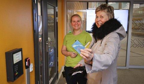 NØKKEL: Med lånekortet kan brukerne få tilgang til biblioteket utenom bemannet arbeidstid. Kjersti Nygaard (til høyre) får forklart systemet av bibliotekar Synne Nygård.