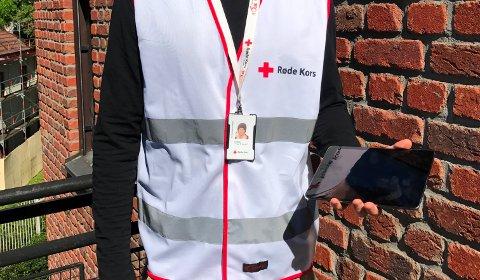 STANDARD UTSTYR: Feltselgerne fra Røde Kors har vest, ID-kort og iPad eller blokk.