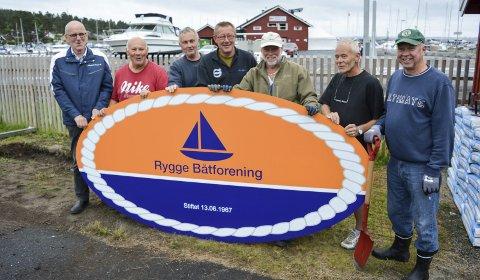 NYTT SKILT SKAL OPP: Dugnadsgjengen md Erling Karlsen (fra venstre), Herleif Bjerkeng, Per Øra, Richard van Rijn, Jan Arild Johanson, Kai Janitz og Arild Myrvang.