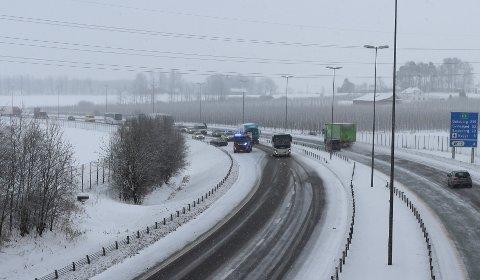 AUTOVERNET: Flere biler var onsdag involvert i uhell på glatta på E6. Denne bilen smalt inn i autovernet ved Årvoll.