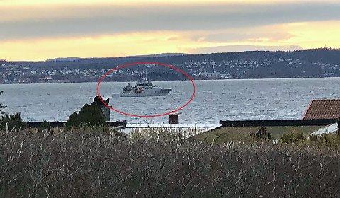 Søndag ettermiddag dukket dette kystvaktskipet opp utenfor Moss.