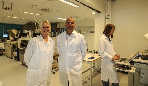 HOLDER GOD FART: Gentian Diagnostics i Moss har satt seg høye mål. Finansdirektør Njaal Kind og produksjonssjef Gry Funderud ser enorme muligheter for selskapet.
