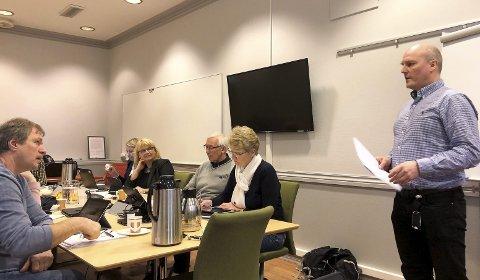 Orientering: Tirsdag fikk Sel formannskap en orientering av Per Helge Ramen (th), controller økonomi i Sel kommune.